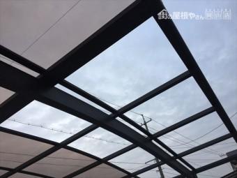 岡山市南区 カーポートのアクリル板が2枚飛んでいます。