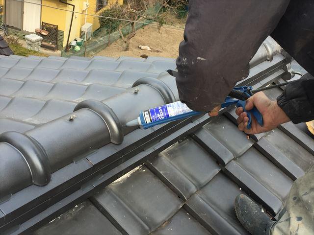 玉野市で屋根補修工事。棟瓦ズレ防止コーキング止め