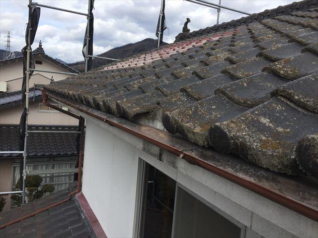 新見市 屋根瓦が割れています。