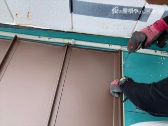 岡山市南区で金属屋根工事中
