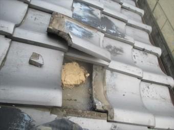 岡山市北区 屋根修理の割れ瓦を剥がします。