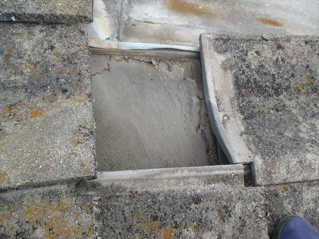 岡山市南区 屋根葺き替え セメント瓦 防水紙(ルーフィング)劣化、破れています