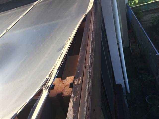 倉敷市でウッドデッキのポリカが捲れています。