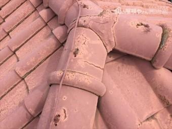 岡山市南区 屋根葺き替え工事する前の瓦はセメント瓦にひびが入っています。
