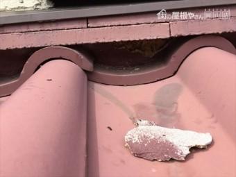 岡山市南区 屋根葺き替え工事する前の瓦はセメント瓦の棟の漆喰が取れてます。