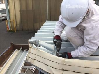 倉敷市 屋根修理 折板屋根取り替え 本体取り外しナットを緩めています