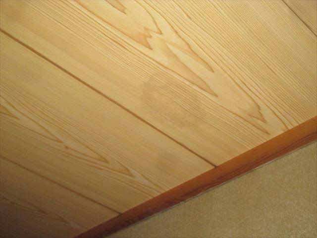 倉敷市で屋根から雨漏り、天井に3ヶ所シミが出来たので点検依頼