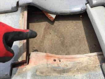 赤磐市で雨漏り修理 割れ瓦の下の雨漏り跡