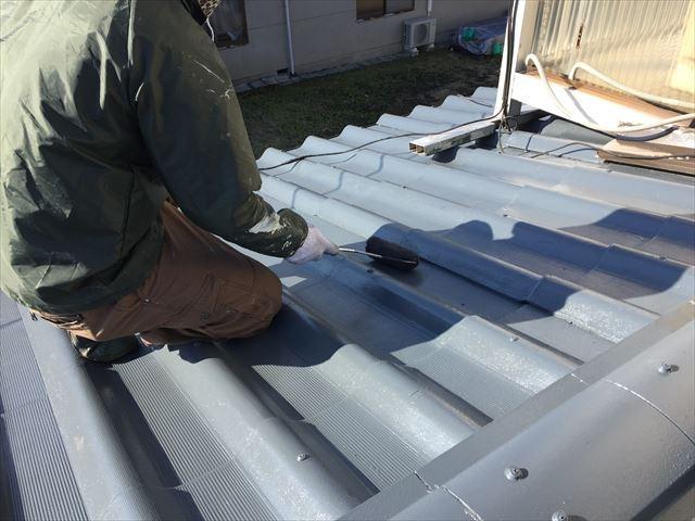 岡山市中区で屋根塗装を行なっています。今回は中塗り、仕上げです。