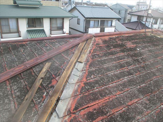岡山市南区で台風でプレートが飛んだ。化粧スレートの屋根の棟板金