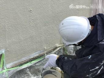 岡山市北区 外壁塗装ローラーがいけない所は刷毛で塗ります。