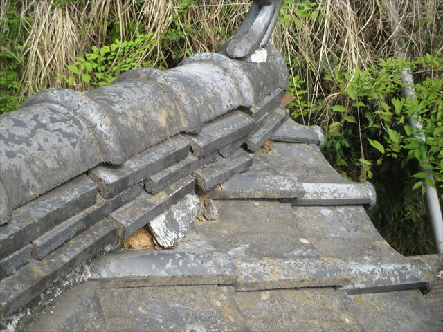 岡山県久米南町 屋根工事 セメント瓦 隅棟が崩れかけています