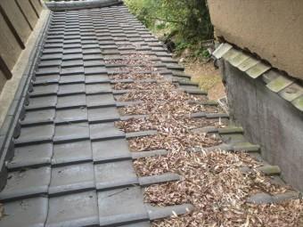 岡山県久米南町 屋根工事 セメント瓦 瓦に落ち葉