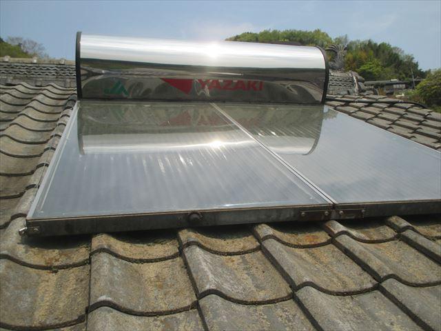 岡山県久米南町 屋根工事 2階の屋根瓦の上に太陽熱温水器