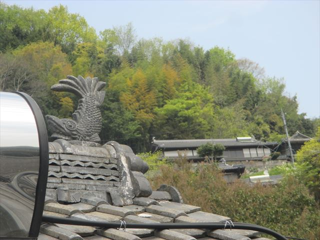岡山県久米南町 屋根工事 セメント瓦 シャチホコがあります。
