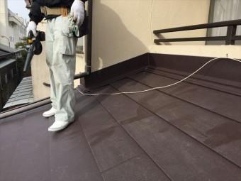 岡山市北区 スーパーガルテクトの壁際施工完成ブロアで掃除