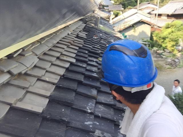 瀬戸内市で藁葺屋根をカバーしているトタン屋根の日本瓦の点検