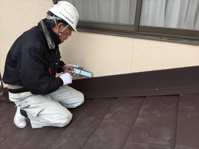 岡山市北区 スーパーガルテクトの壁際コーキング施工です。