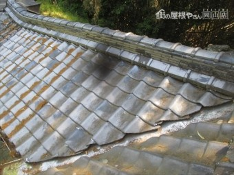 岡山県赤磐市 屋根工事 雨漏り修理 谷部点検 谷の落ち葉を掃除