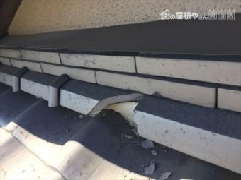 岡山市北区 屋根修理 ソフトボールが当たり瓦が割れています。