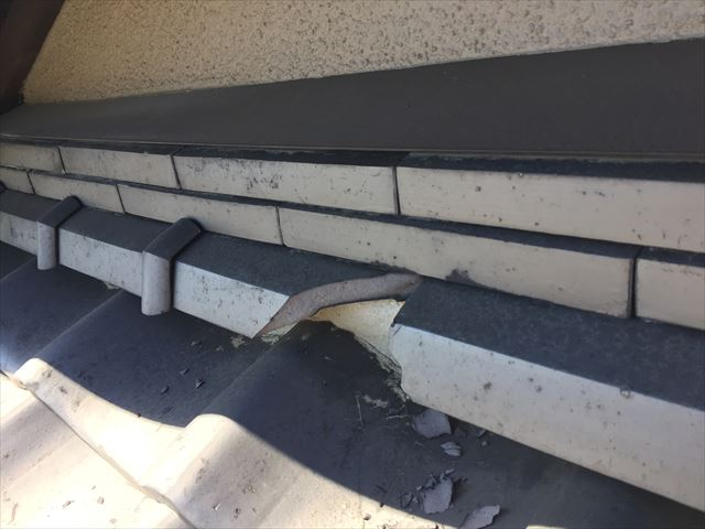 岡山市北区で屋根修理です。ボールが当たり紐台面が割れました。