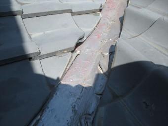 岡山市南区 屋根工事 雨漏り修理 谷板金廻りの瓦のズレ