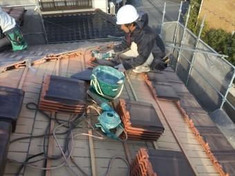 岡山市南区 2階平板瓦の棟瓦をカットしていきます。