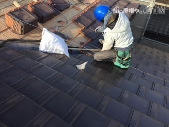 岡山市南区 2階平板瓦の谷瓦をカットしていきます