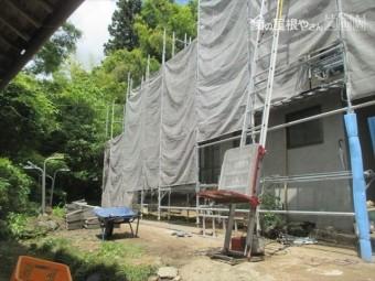 岡山県久米南町 屋根工事 雨漏り修理 瓦を降ろす機械を設置