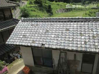 母屋の前の古い日本瓦