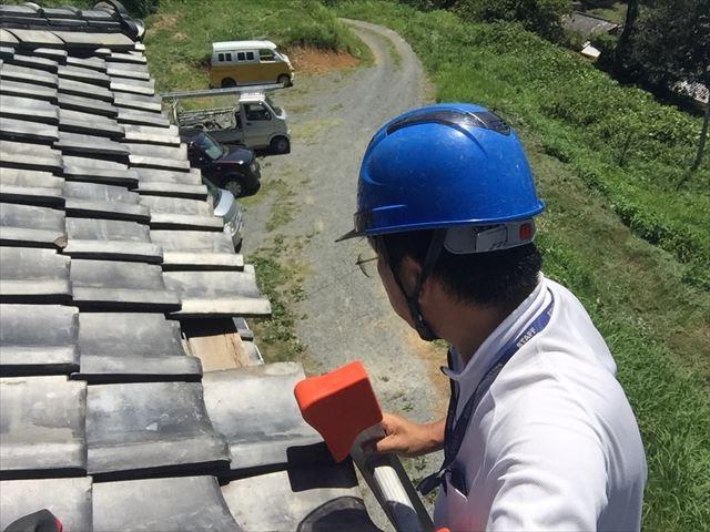 吉備中央町で落ちて割れた軒瓦の差し替えとずれた瓦屋根の調整
