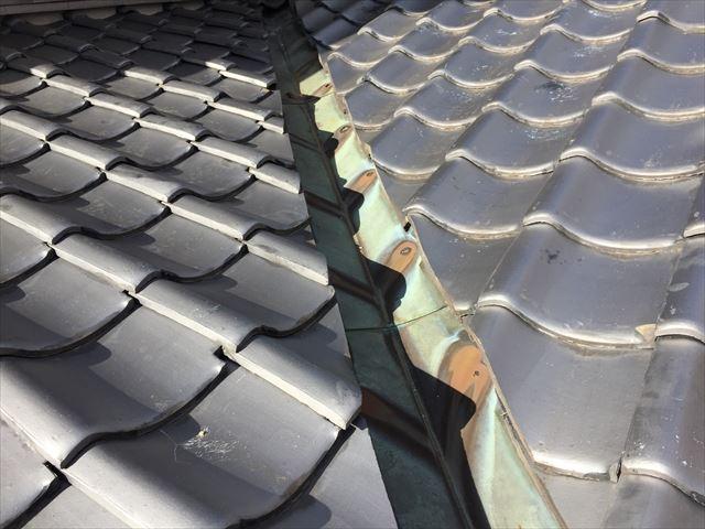 岡山市北区 雨漏り修理 谷板金の銅板に穴