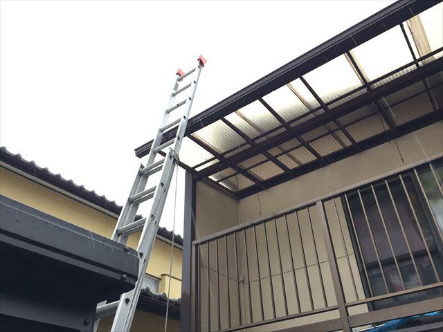 岡山市南区で台風10号の影響で2階のベランダ波板のネジが外れ
