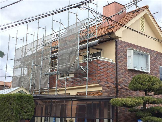 岡山市南区で急勾配の屋根に漆喰補修のため屋根足場を設置しました。