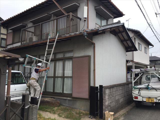 岡山市南区で割れずに垂れ下がっているの屋根の樋を使い修繕工事