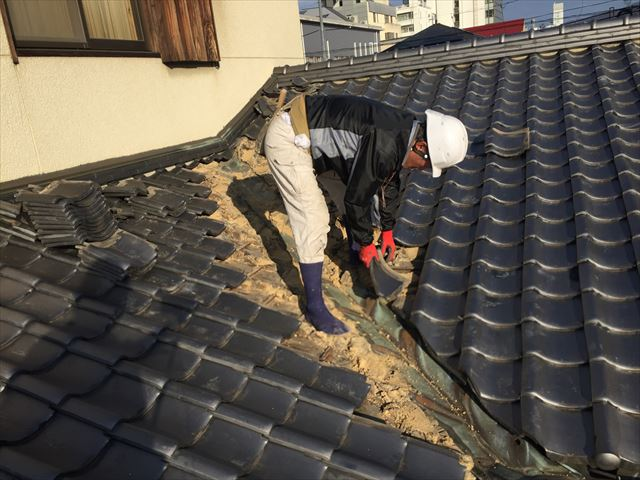 岡山市北区 雨漏り修理 谷板金取り替え工事 瓦撤去