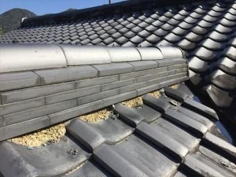 岡山県和気町で屋根修理 三日月漆喰欠落して棟の赤土が見えてます。