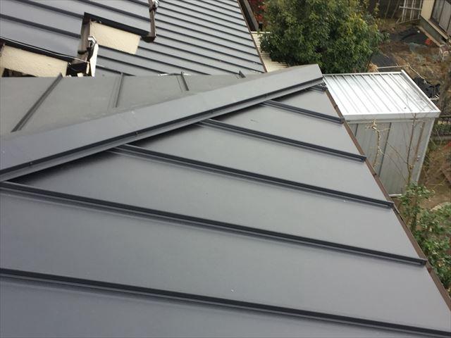 岡山市中区でカバー工法/ガルバリウム鋼板の縦葺きの棟板金工事