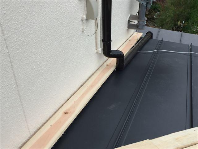 岡山市中区でカラーベストの屋根リフォーム/壁際の仕舞、棟板金