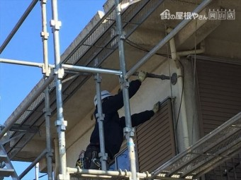 岡山市北区 足場がぐらつかない様に壁に当てます。