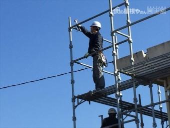 岡山市北区 最上階のアンチも取り付け最後の手すりの取り付けです。