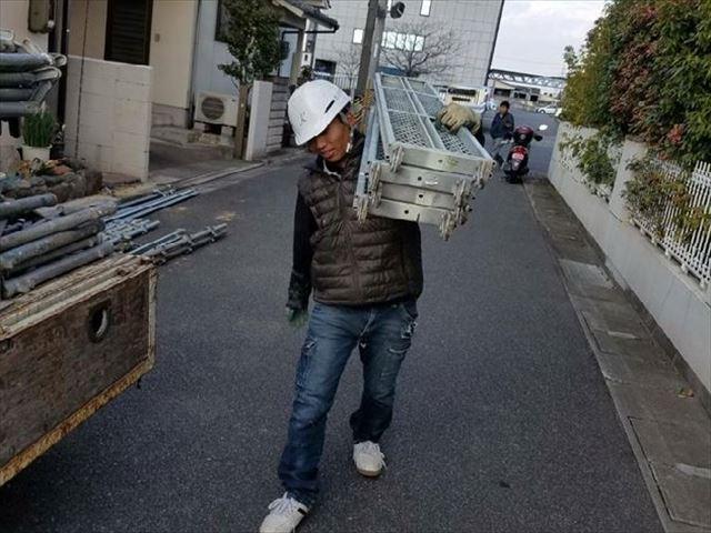 岡山市南区 ばらした足場はをトラックに積み込みます
