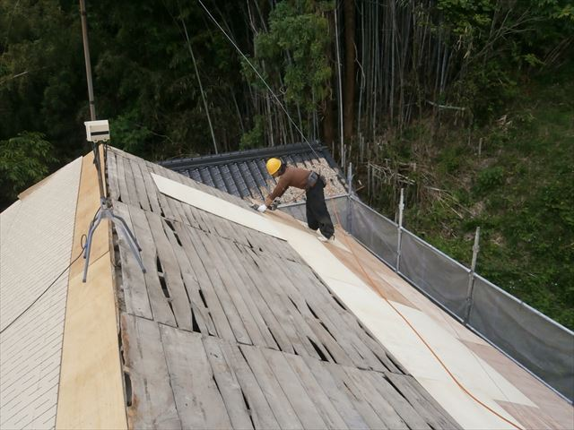 岡山県久米南町 屋根工事 屋根リフォーム くぎ打ち機を使って5.5のベニヤ留めて行きます