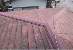 屋根全体は傷んでいるが下地は健全