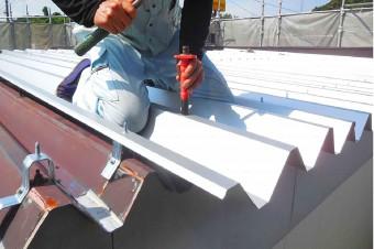 台形が規則正しく連なっている折板屋根